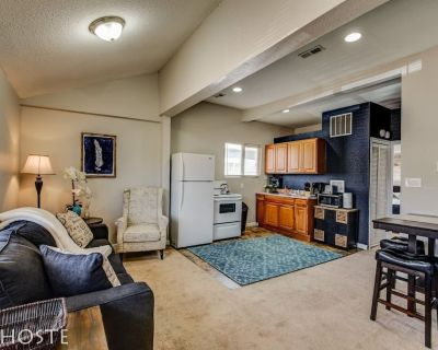 Downtown Townhome 5 Min to Shops King Bed 1BR - Central Colorado Springs