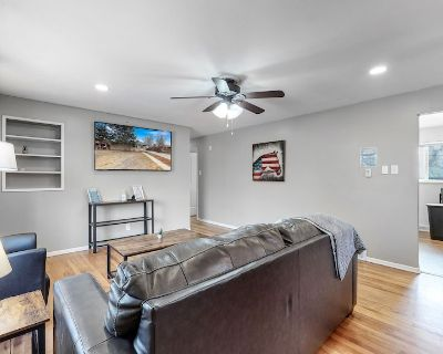 Mable 3 bedroom upper unit w/king beds in Denver - Welby