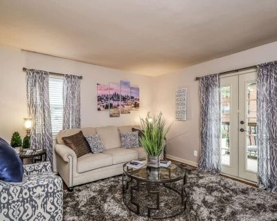 M-2W Beautifully Updated-Plaza Condo. King Bed! Private balcony and off street - West Plaza