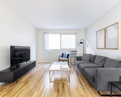 Sizeable Brentwood 1 BR w/ Outdoor Pool near San Vicente, by Blueground - West Los Angeles