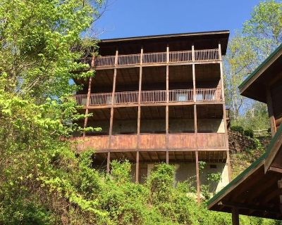 5 bedroom cabin w/ all king beds, hot tub, game rooms, and much more! - Pigeon Forge