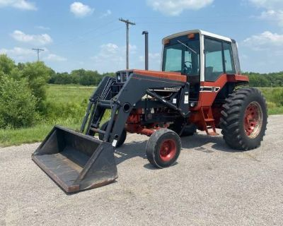 International 886 Tractor w/cab and loader