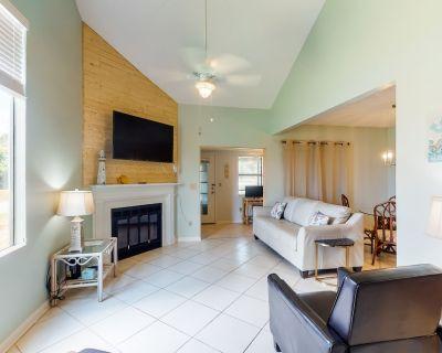 New listing! Airy & bright townhouse w/ a shared pool, tennis, & beach access - Orange Beach
