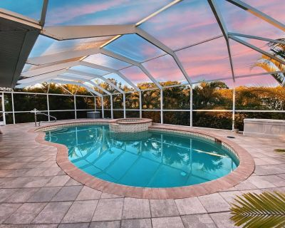 Modern 3 bedroom, 2 bath getaway with HEATED private pool and jacuzzi - San Carlos Park