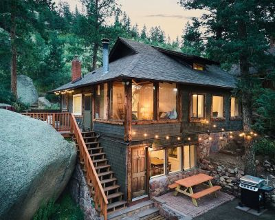 Relax at Hidden Falls Cabin Hot tub Outdoor shower Backs to Wilderness - Cascade