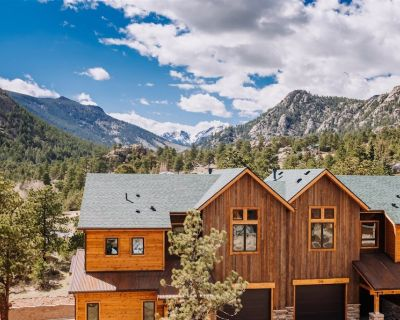 Dog-friendly unit w/ view of the Continental Divide and private deck. 5-minute walk to downtown! View the Continental Divide from your Private Deck. Walk to Downtown! - Estes Park