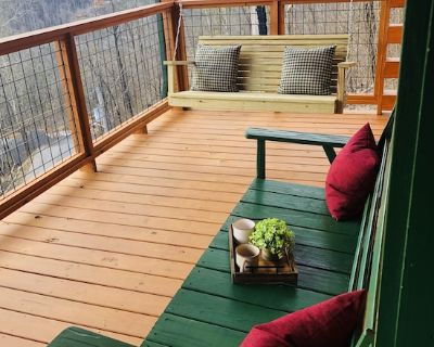 A new cabin only 1 mile from the heart of Gatlinburg! - Gatlinburg