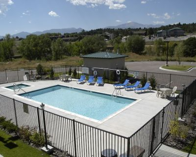 Equipped Suite with FREE Breakfast, Outdoor Pool + Gym Access - Woodmen Valley