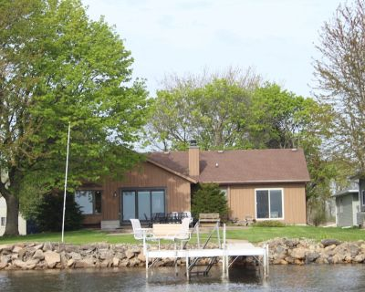 Lake house with easy access to Fox Valley cities - Larsen