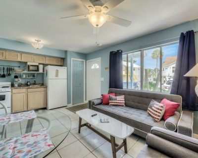 Spacious Beach Villa, Dog Friendly, Steps to Sugary Sand, Nightlife, Dining, and all the Fun! - Fort Myers Beach