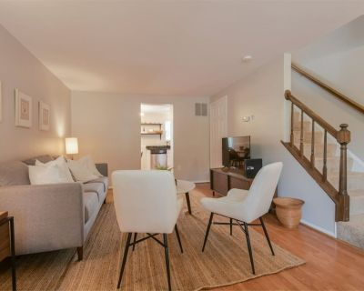 Townhome Hosted by Super Host! Private & Sanitized, Self checkin. Long stays welcome! Discounted during pandemic. Perfect for working from home. Pet friendly. - Countryside