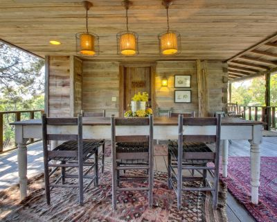 Relaxing and rustic, dog-friendly cabin w/ large porch & fireplace - Fredericksburg