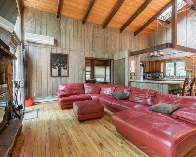 Beautiful Rustic Cabin! Pool Table, 6 TVs, WiFi, Linens /Towels Provided, A/C - Saw Creek