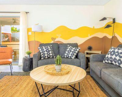 DesertGold Playhaus 3BD StarGazing Retreat, FirePit, BBQ, Yoga, GameRoom - Yucca Valley