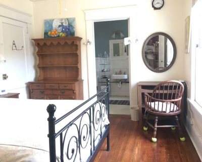 Breezy, Private upstairs apt historic 1918 house, Lake Claire, Candler Park - Lake Claire
