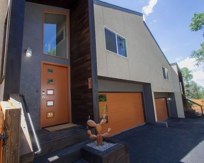 Newly Renovated Rustic-Modern Townhome B in Ivy Wild/Downtown - Southwest Colorado Springs