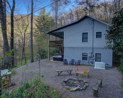 Beautiful setting, warm fireplace, large porch, hot tub, pet friendly - Whittier