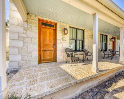 Romantic cottage w/private hot tub and gas fireplace for two! - Fredericksburg