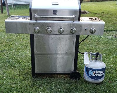 VERY CLEAN! Kenmore 4 Burner plus Searing Side Burner Grill with gas tank included!!!