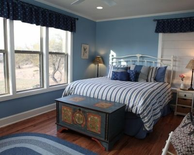 Guest King Room - Bella Vista Cottage - Fredericksburg