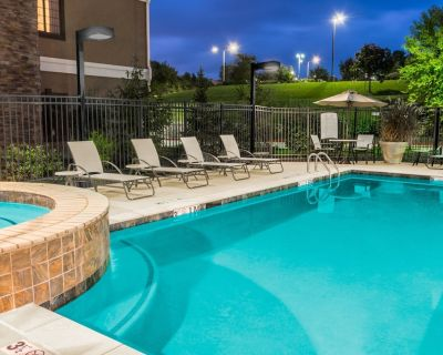 King Suite. Free Breakfast. Outdoor Pool & Hot Tub. Near Centerpoint Medical Center! - Independence