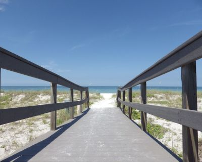 HARBOR HOUSE BEACH RETREAT - 1/1 FIRST FLOOR CONDO JUST STEPS TO SUNSET BEACH! - Sunset Beach