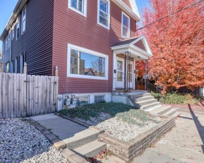 Spacious Sunny Multi-Family Home; AC, 2 Car Garage, Sleeps up to 16 Comfortably - Bay View