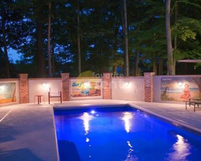 Indianapolis large 4 bedroom house w/ heated pool, hot tub and parking