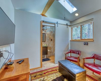 Remodeled, Dog-friendly Cabin Studio w/ a Full Kitchen & Furnished Patio - Woodland Park