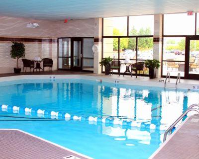 Queen Suite Near Syracuse University Free Breakfast + Shared Indoor Pool - Liverpool