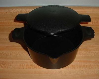 Pampered Chef 2 Quart Black Large Micro Cooker Microwave Steamer. $7