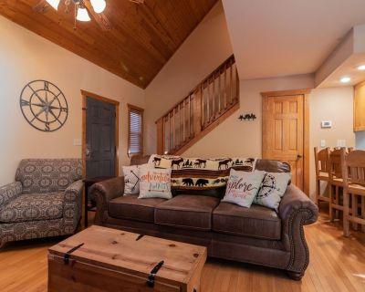 The Explorers Cabin 1 bed 1.5 bath near Branson & Silver Dollar City Sleeps 4 - Branson West