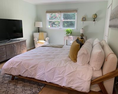 Modern Little Studio, Great Home Away From Home - North Decatur