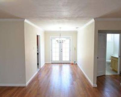 2BR/1BA apt, 1200 sq. ft, short drive/bike to campus - available Aug 1