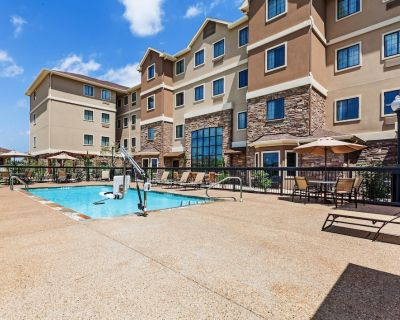 Free Breakfast. Outdoor Pool. King Suite w/ Easy Access to Convention Center - Fossil Creek