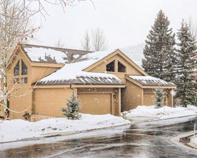 Stunningly unique townhome w/ private sauna & pool table - walk to lifts! - Park City