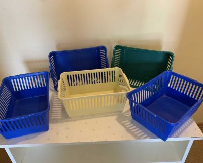 Plastic containers - 5 in total