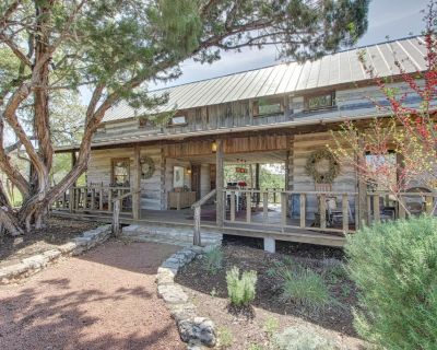 Quiet, dog-friendly cabin with an upscale rustic interior, close to downtown! - Fredericksburg
