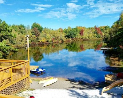 Pocono Lakefront Onsite Swimming Pool/Hot Tub, Playset/2 docks/Sandy Beach/Boats - Long Pond