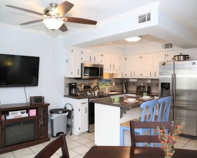 Beachwalk 4 ~ RENOVATED, Great location, Outdoor Pool, Free WiFi, Smart TV, Townhome, BBQ - Gulf Shores