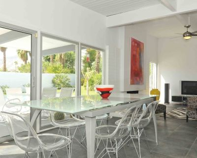 Contemporary Home with WiFi,Salt Water Pool, Jacuzzi-Your Own Retreat! - Racquet Club Estates