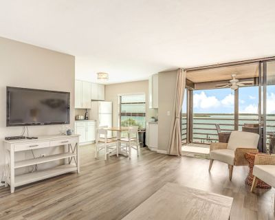 Bayfront Condo w/Shared Pool, Central AC, Free WiFi, Dock, Water Views, Elevator - Marco Island