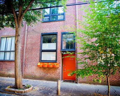 Modern Row Home on Beautiful Tree-Lined Street - Parking - NEW Movie Projector! - Spring Garden