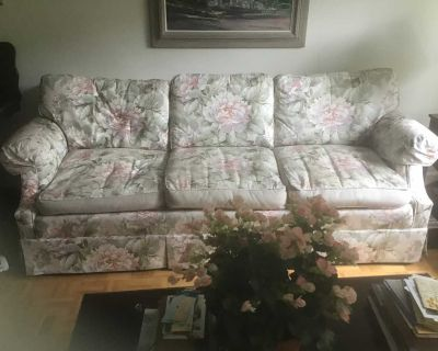 Large sofa - FREE. - Grand sofa. Pick up only in Westmount
