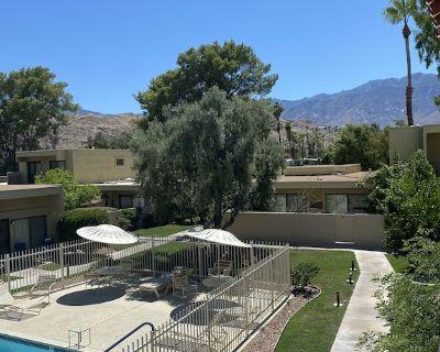 Pet Friendly Golf Course & Pool Condo - 2 bed- 3 Bath + Den - Palm Springs