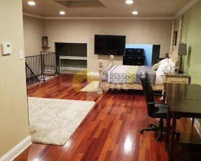 Condo, 3 bedrooms + parking and jacuzzi, Northwest Washington