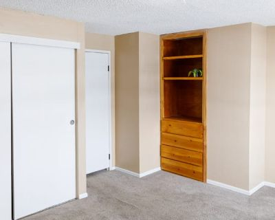 Private room with shared bathroom - Aurora , CO 80012