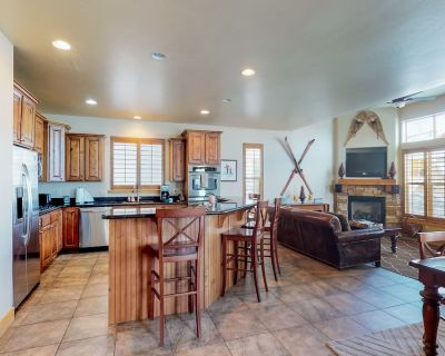 Townhome w/fireplace, private hot tub, shared pool and fitness center! - Bear Hollow Village
