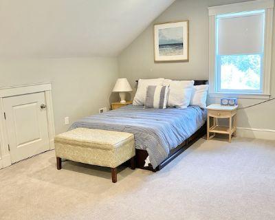 Spacious private 3rd floor studio suite with private ensuite bathroom - Marblehead