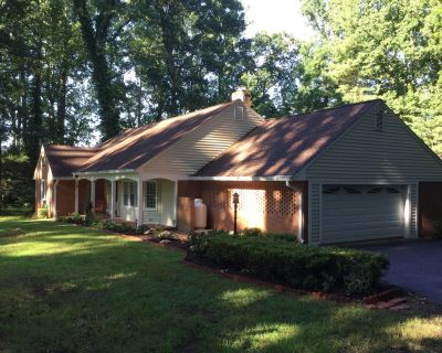 This charming and spacious home on 1.5 acres..SLEEPS 16 and 35 NEARBY COTTAGE - Warrenton